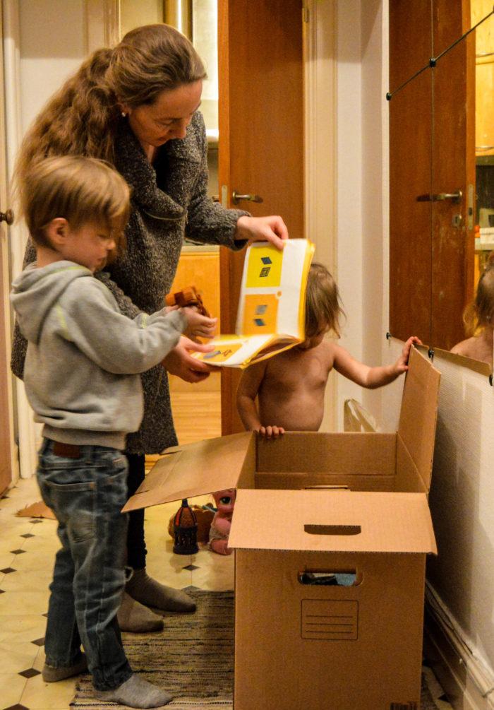 Faster Lotta, min fina svägerska och barnen packar upp leksakslådan som storkusinerna rensat. Världens finaste presenter till småkusiner!