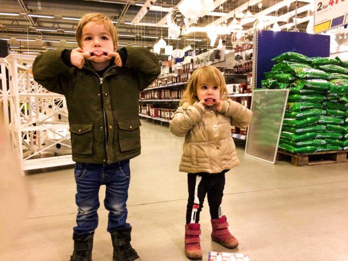 Vi lovar att inte röra något vasst och dyrt, mamma. Men badankan är inte vass och kexchoklad kostar bara 8 kronor.