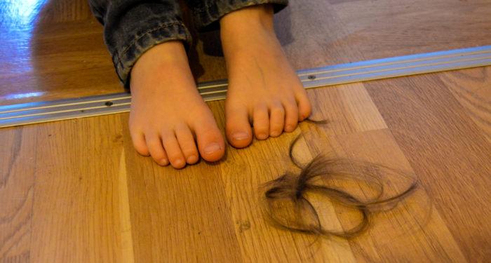 Vad har du gjort? Inget. Men det ligger ju en massa hår i köket! Ja. Har du klippt luggen? Nej. Vad har hänt då? Jag vet inte. Ljuger du nu? Nej. Vem har klippt dig då, om det inte var du? Jag vet inte.