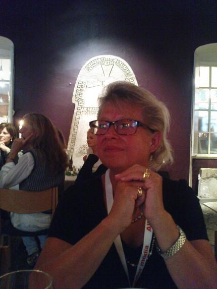 Vår egen partydrottning Karin Lennmor, chefredaktör på Svensk Damtidning ondrade alla festligheter, här en underbar lammbuffé i Visby fornsal, där Wallmans duktiga sångare och dansare underhöll. Observera runstenarna! Äkta vara!