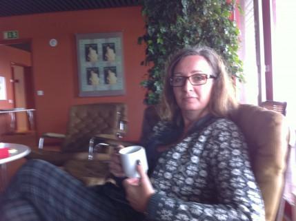 Maria i Bruna rummet, mycket koncentrerad på de trogna prenumeranternas bästa.
