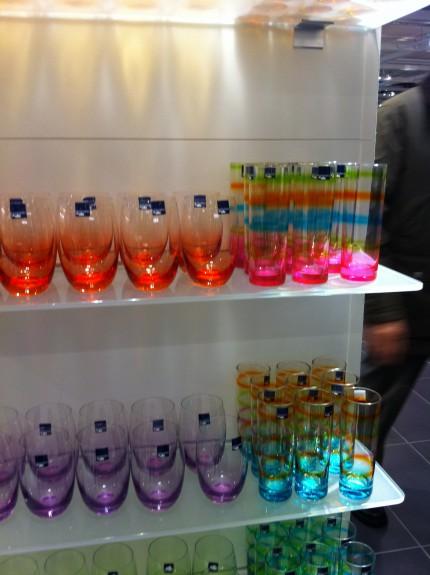 Glas och prorslin i långa rader, båda svenska välkända märken som Rörstrand och nya från Österrike.