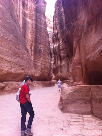 William går genom siqn, en smal gata med höga klippor (90-180 meter höga!) längs sidorna.