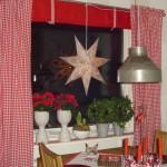 Ett vackert julfönster även i köket.