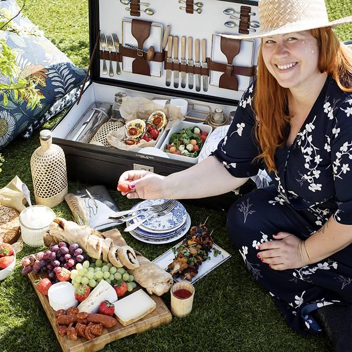 """Vem har sagt att en picknick måste vara engångsartiklar och platsglas? Satsa på en rejäl picknickväska eller picknickkorg. Just denna är lånad från """"Spiken i kistan"""" i Lövestad."""