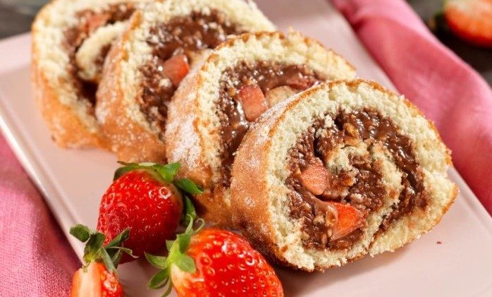 chokladrulltårta med jordgubbar