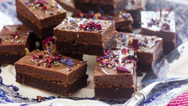 chokladkaka i långpanna med glasyr