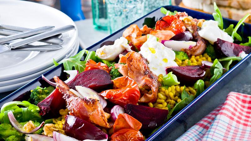 Varm sallad med matvete, bacon och broccoli