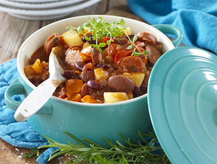 Gryta med kryddig korv och bönor