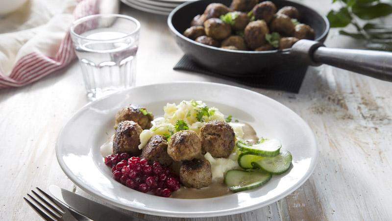 kottbullar-med-lingon-och-pressgurka-recept