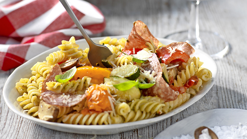 Pastasallad med grönsaker och salami