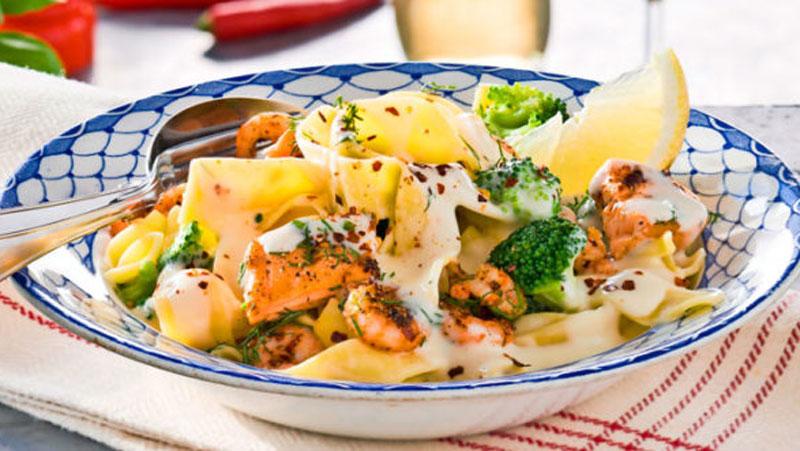 Krämig pasta med lax, räkor och broccoli