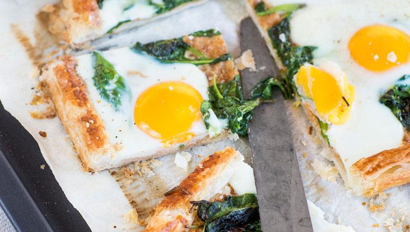 Frasig smördegstartelett med ägg och spenat