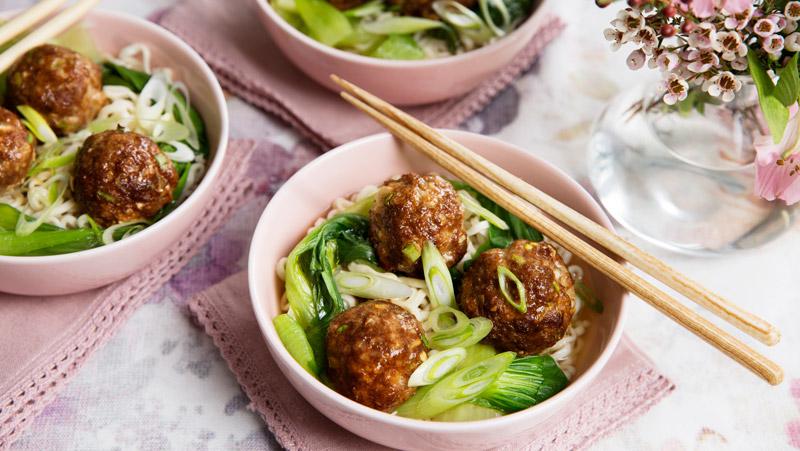 Kinesiska köttbullar med nudlar recept