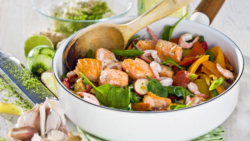 wok-med-lax-rakor-och-ingefara-recept