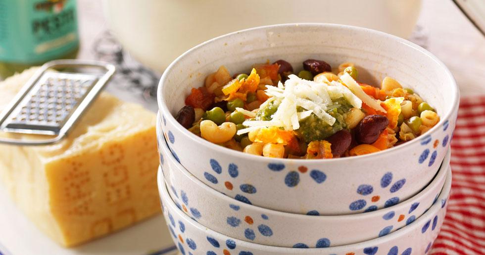 Mustig minestrone med savoykål och pestotopping