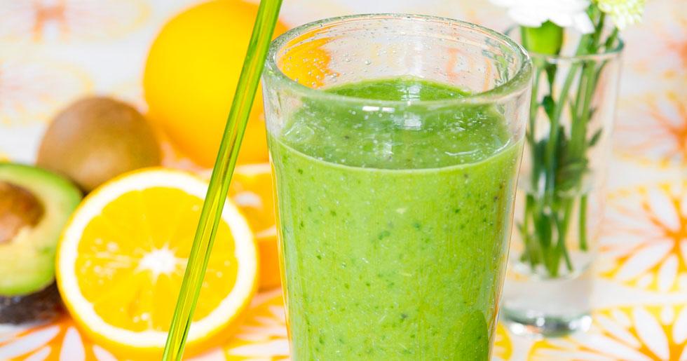 Energismoothie med apelsin, kiwi och spenat