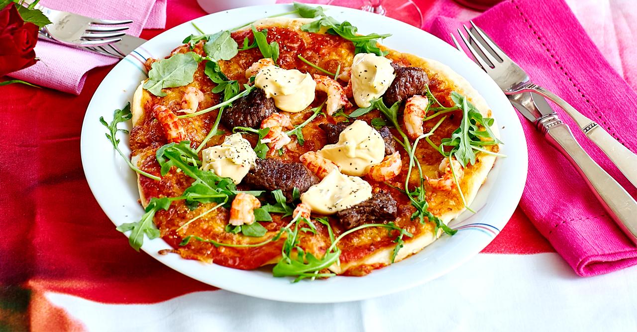 Lyxpizza med oxfilé, bearnaise och kräftstjärtar – recept