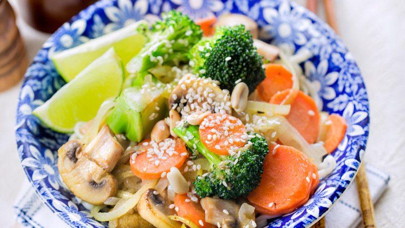 Snabblagad grönsakswok med jordnötter