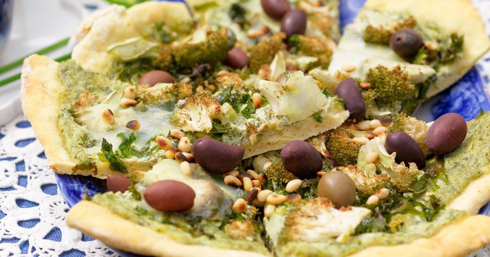 Grön pizza med pesto och två sorters ost