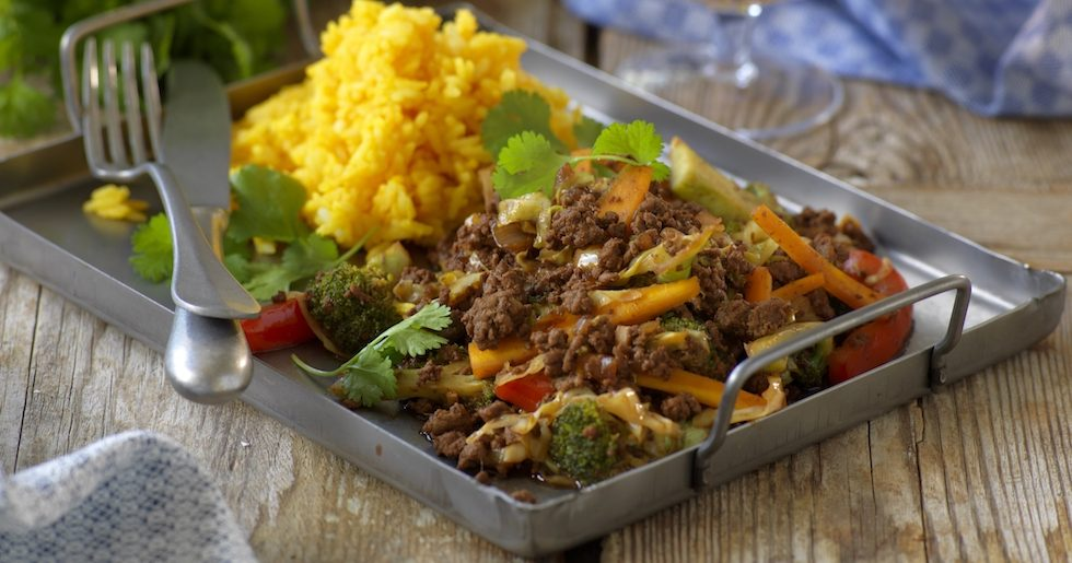 Köttfärswok med kål, paprika och broccoli
