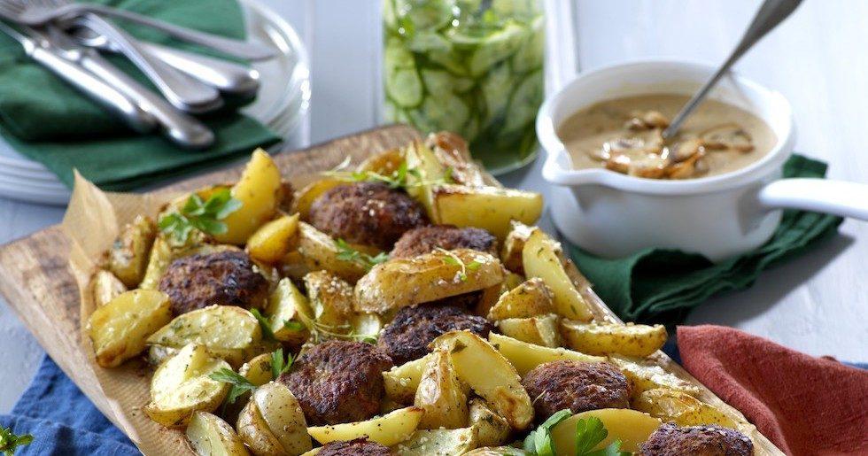 Ostfyllda biffar med svampsås och potatisklyftor