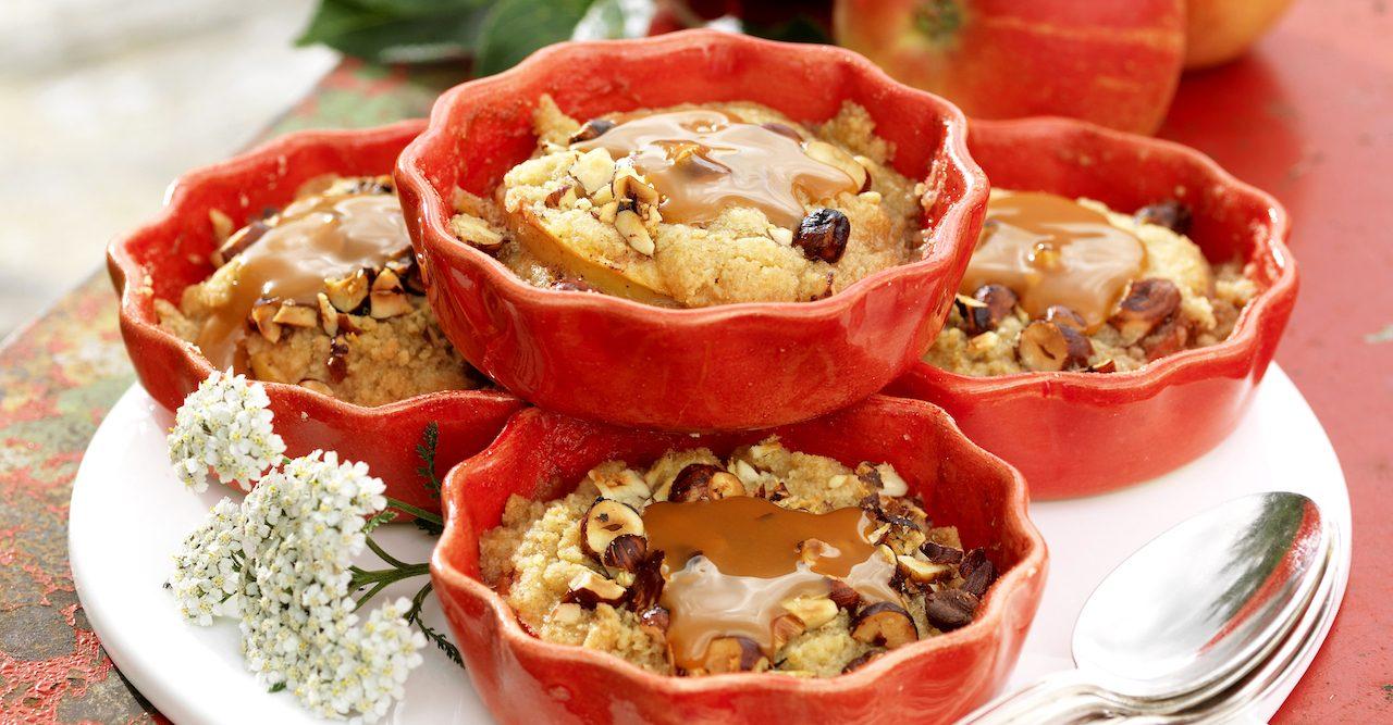 Recept: Äppelsmulpajer med hasselnötter