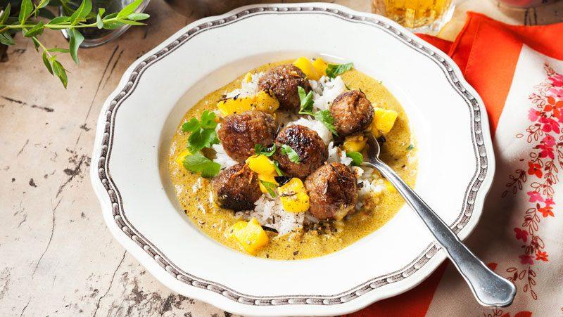 Laga exotiska köttbullar i currysås