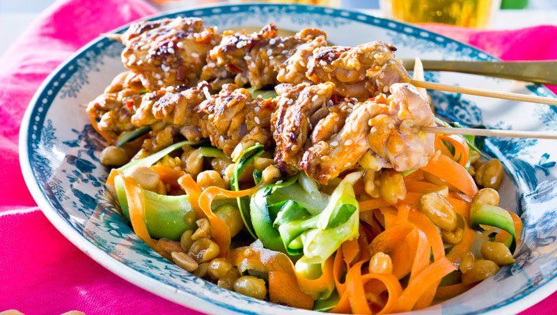 Heta kycklingspett med grönsakspasta