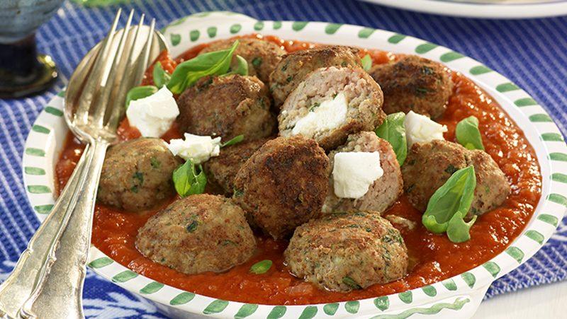 Fetaostfyllda köttbullar i tomatsås