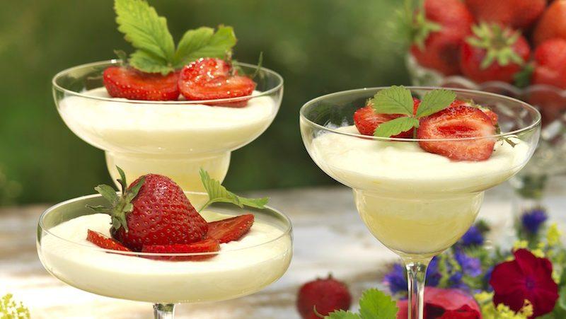 Krämig flädermousse med jordgubbar – glutenfritt