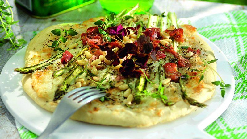 Sparrispizza med chèvreost
