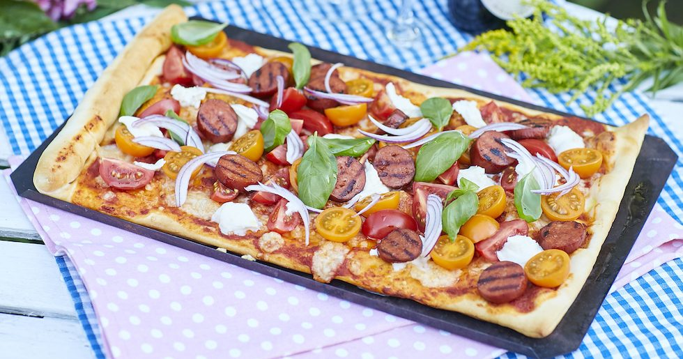 Lättlagad pizza med chorizo, tomater och mozzarella