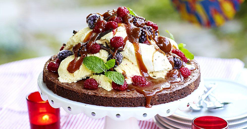 Brownietårta med glass och kolasås