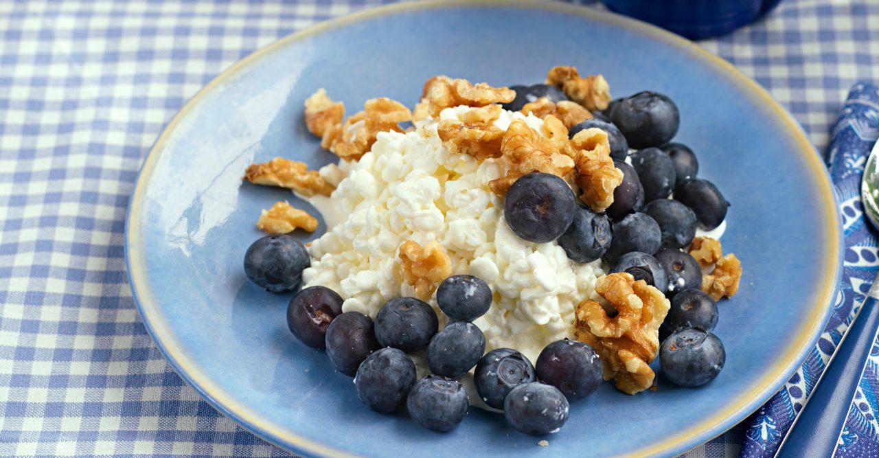 Suverän snabbfrukost – keso med bär och nötter – recept