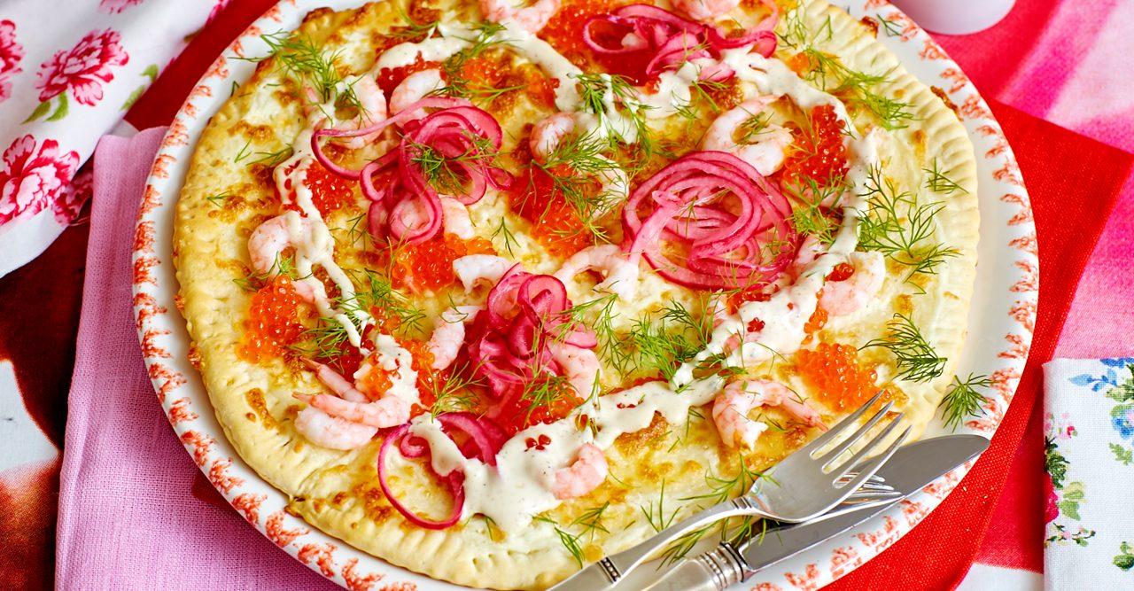 Räkpizza med crème fraiche och ost – recept