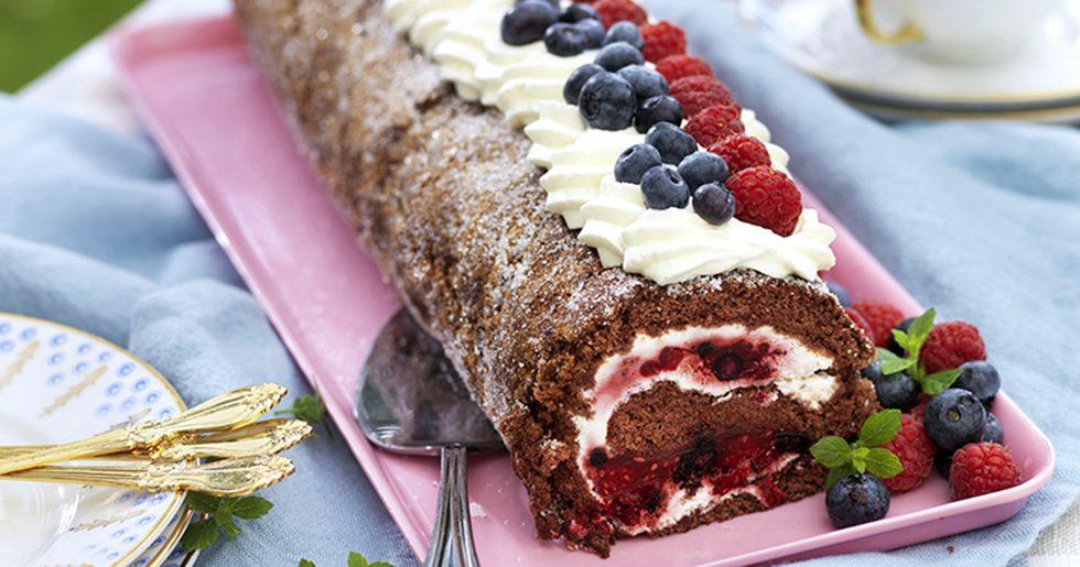 Chokladrulltårta med hallon och blåbär