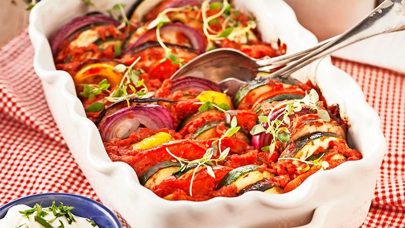 Mustig grönsaksgratäng med fetaostskräm