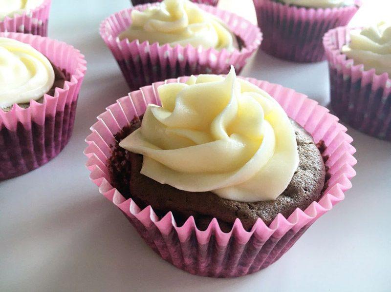 Idas glutenfria fyllda chokladcupcakes med vaniljfrosting