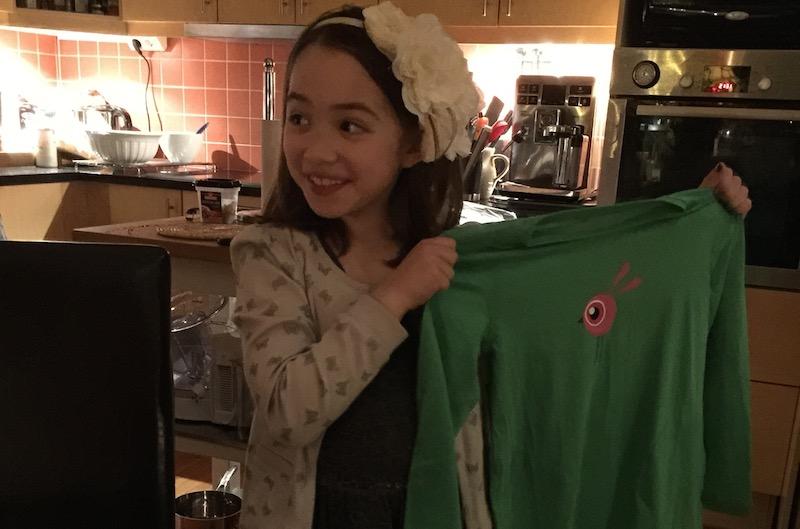Grön T-shirt med kanin i födelsedagspresent