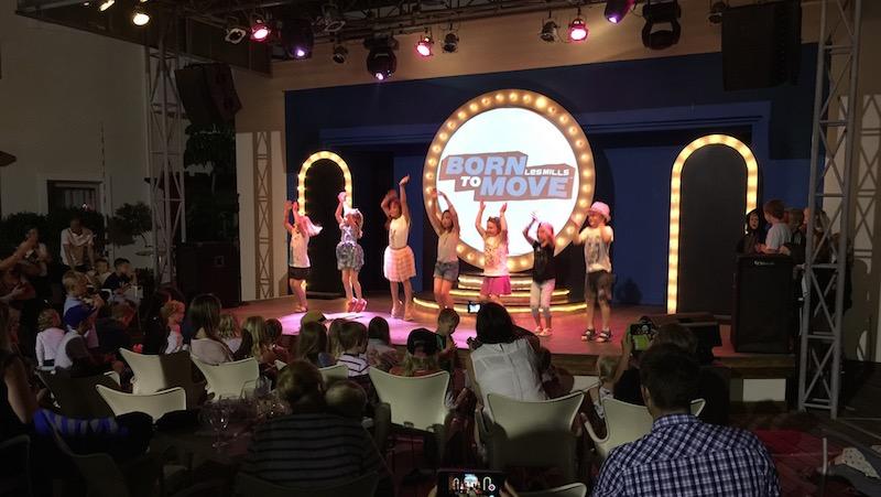 Barn som dansar på scenen