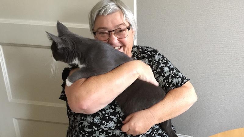 Kvinna med katt i famnen