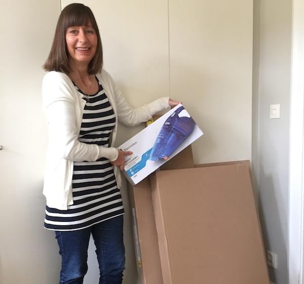 Kvinna med Ikea-paket och handdammsugare