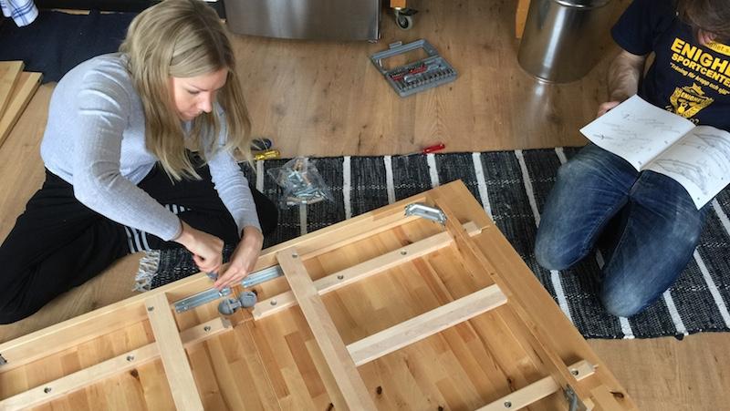 Bygga ihop Ikea-bord