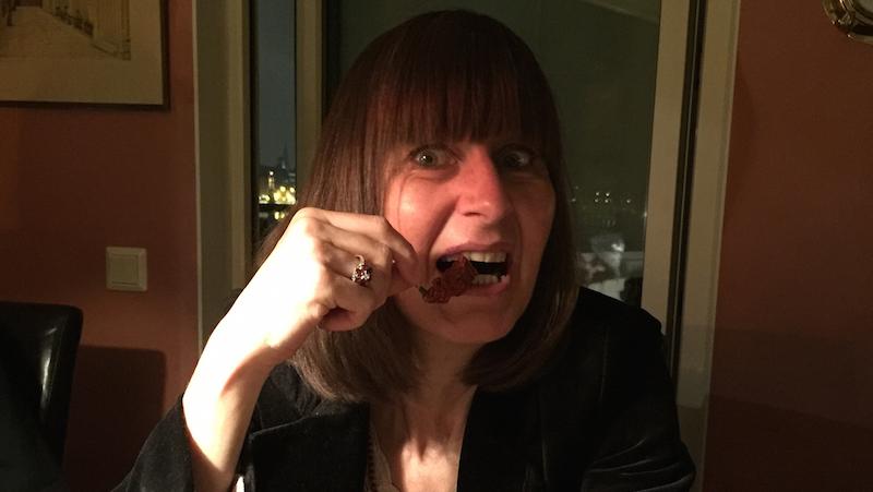Kvinna äter stark chili
