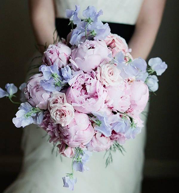 Tillsammans med ljuslila blommor blir den rosa pionbuketten en riktig pastelldröm.