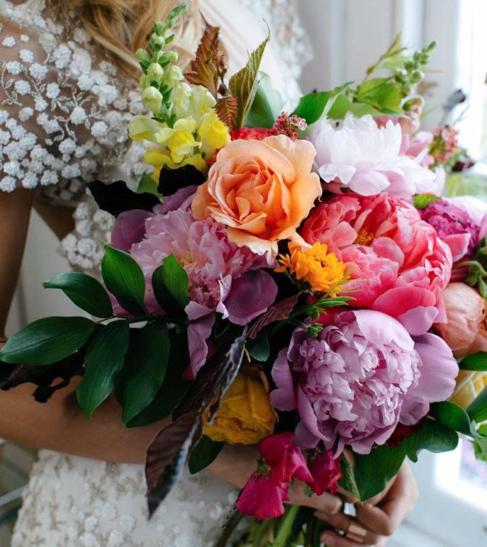 Mixa pioner, rosor och dina andra favoritblommor i olika kulörer för ett färgsprakande resultat.